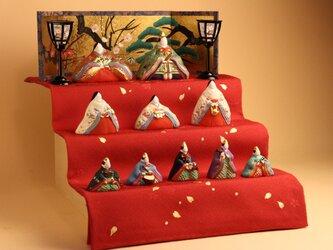 寛永雛Bは、正絹に地模様の入った布を染色家が、赤く染めてこの上から金箔の花びらを手描き彩色しています。の画像
