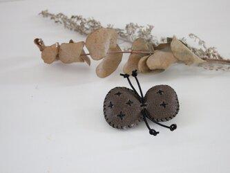 蝶 レザーブローチの画像