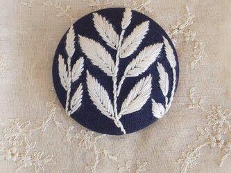刺繍ブローチ・leaf( ネイビー×オフホワイト)の画像