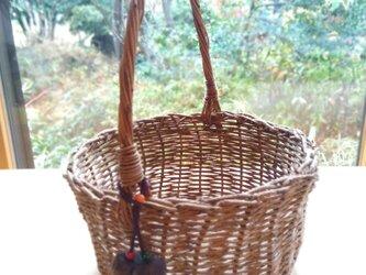 那須の山のアケビ蔓で編んだ花かご【4】とちの実と山サンゴのストラップ付 取っ手ありの画像