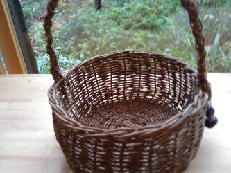 那須の山のアケビ蔓で編んだ花かご【5】楕円形 とちの実のストラップ付 取っ手ありの画像
