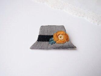 [受注制作]グレーハットの刺繍ブローチの画像