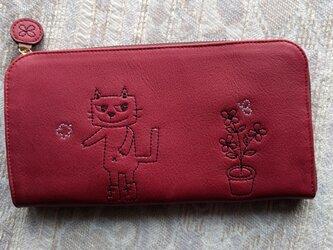 刺繍革財布『靴を履いたネコと植木鉢』カーマインred(牛革)L字ファスナー型の画像