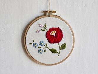 赤い花刺繍の壁飾りの画像