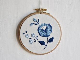 青い花刺繍の壁飾りの画像