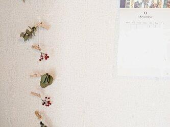 自家栽培のユーカリとローズマリーとノバラの実のモビールの画像