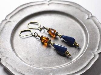 紺色ソレイユガラスとべっ甲色チェコビーズのピアスの画像
