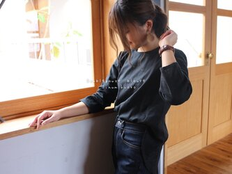 【S〜M】ゆるふわダブルガーゼで魅せる、後ろ着丈長めのフィッシュテールプルオーバーブラウス(ブラック)の画像
