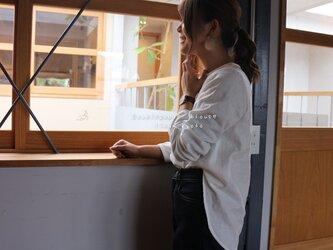 【M〜L】ゆるふわダブルガーゼで魅せる、後ろ着丈長めのフィッシュテールプルオーバーブラウス(ホワイト)の画像