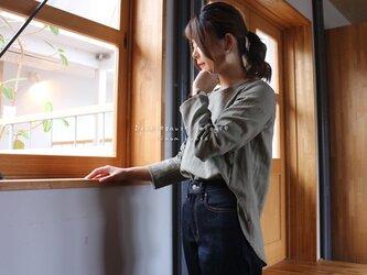 【M〜L】ゆるふわダブルガーゼで魅せる、後ろ着丈長めのフィッシュテールプルオーバーブラウス(カーキグレー)の画像