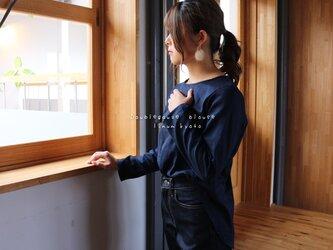 【M〜L】ゆるふわダブルガーゼで魅せる、後ろ着丈長めのフィッシュテールプルオーバーブラウス(ナイトネイビー)の画像