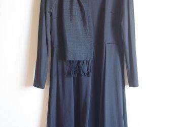 さりげない華やぎ 薄手のシルク・ブラック&シルバーライン(横縞)手織りマフラー  の画像