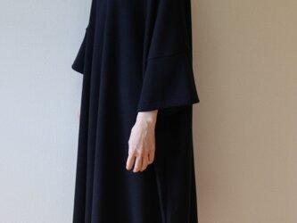 秋冬 オーバーサイズのニットワンピース ドルマン 黒の画像