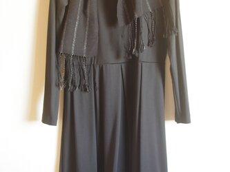 さりげない華やぎ 薄手のシルク・ブラック&シルバーライン(たて縞)手織りマフラー  の画像
