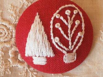 刺繍ブローチ・ツリー (赤×オフホワイト)の画像