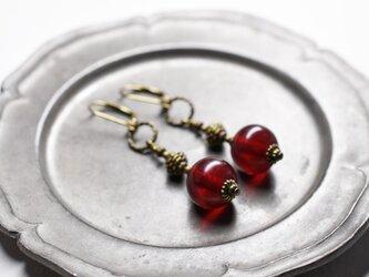 アンティークボヘミア紅玉ビーズと松ぼっくりブラスビーズのピアスの画像