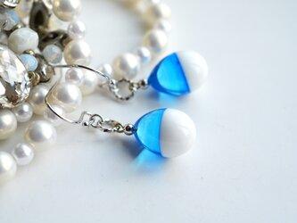 【冬季限定】ホワイト×ライトブルー*バイカラーひとつぶピアス(ロジウム)の画像