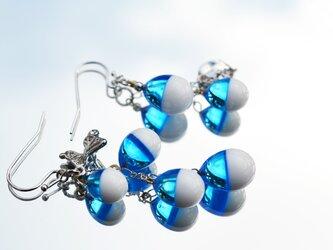 【冬季限定】ホワイト×ライトブルー*アシンメトリーピアスorイヤリング(ロジウム)の画像