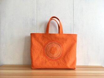 刺繍入り 蜜柑色の鞄の画像