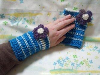 手縫い屋☆編み編みリストウォーマー☆スカイブルー&白色ボーダー☆紫グラデ色ビオラ花飾り付きの画像