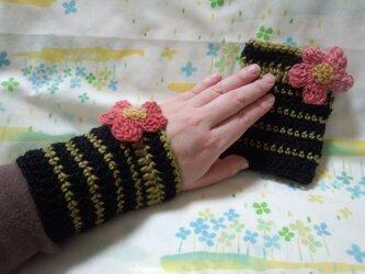 手縫い屋☆編み編みリストウォーマー☆黒&モスグリーンボーダー☆茜色グラデビオラ花飾り付きの画像