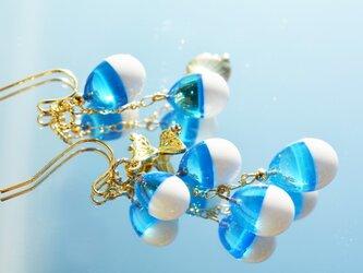 【冬季限定】ホワイト×ライトブルー*アシンメトリーピアスorイヤリング(ゴールド)の画像