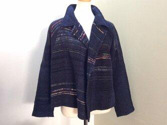 紺のテーラーカラーのジャケットの画像