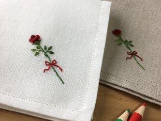 一輪の薔薇 手刺繍仕立てのハンカチ*ネーム刺繍/サイズオーダー*の画像