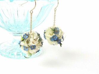 ホワイト&ブルー小花のフラワーボール * シルクデシン製 * ピアスの画像