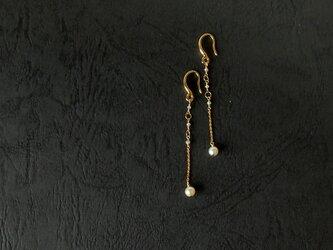 真珠とホワイトグレーダイヤモンドの耳飾りの画像