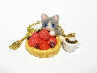 にゃんこのしっぽ○いちごタルトのバッグチャーム○猫○スイーツデコ〇ノルウェージャンの画像