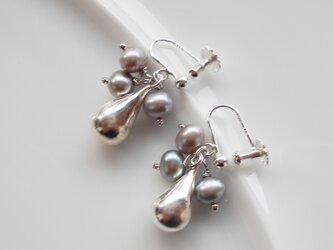銀の雫とつぶつぶ淡水パールのイヤリングの画像