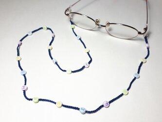 アルファベットビーズの編み糸メガネストラップ*ネイビーブルーの画像