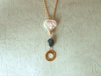 真珠とエメラルドのネックレスの画像