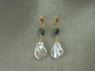真珠とエメラルドの耳飾りの画像