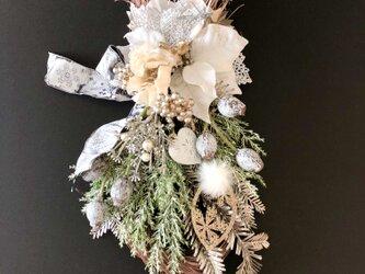 White Poinsettia swagの画像