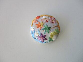四季の花丸ブローチ シルバーグレーの画像
