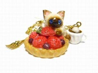 にゃんこのしっぽ○いちごタルトのバッグチャーム○猫○スイーツデコ〇シャム猫の画像