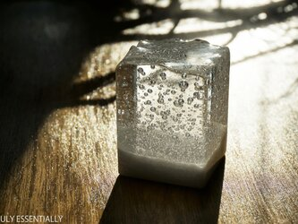 純白透明ガラスのインテリア オブジェ -「 白のかおり」 ● 高さ5cmの画像