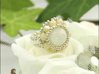 ホワイトムーン【天然石(ホワイトムーンストーン/マザーオブパールベージュ) ビーズリング】《ビーズアクセサリー》の画像