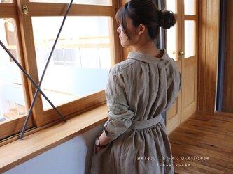 ○心地良く優しいリネン服○くったりベルギーリネンで魅せる、バックタックデザインシャツワンピース(ベージュ)の画像