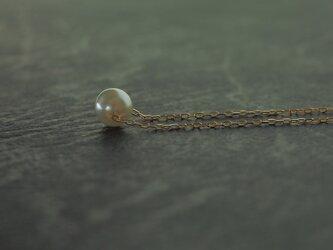 小さな真珠のネックレスの画像