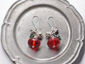 真っ赤な算盤型アンティークボヘミアビーズとカレンシルバーの林檎ピアス(再販)の画像