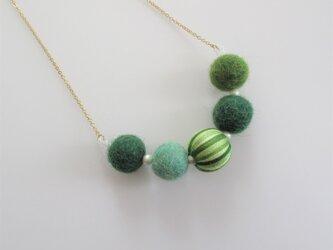 フェルトボールと巻きビーズのネックレス(グリーン)の画像