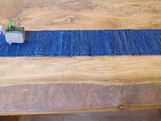 置くものを引き立てる 裂き織り木綿のテーブルセンター   紺色・和ナチュラル② の画像