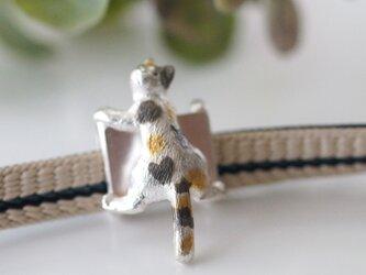 ふりむき三毛猫の帯留めの画像
