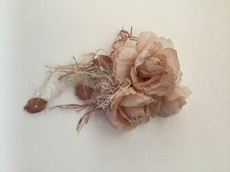再販ベージュピンクの薔薇に飾り紐付きの画像
