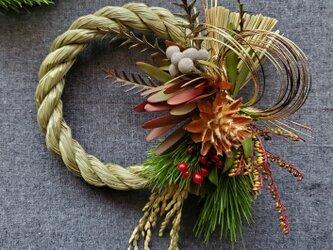 ''初夢'' 8種類の天然素材の大人シックお正月飾り(生花)の画像