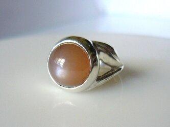 オレンジブラウンムーンストーンの指輪の画像