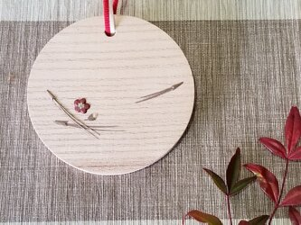 桐象嵌季節飾り 壁掛け 梅と松葉の画像